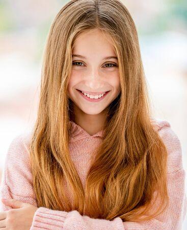 Foto de Cute teenage girl smiling to camera - Imagen libre de derechos