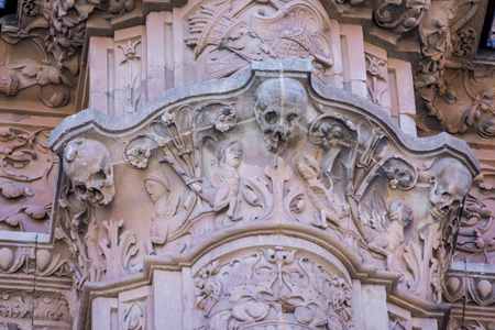Photo pour Detail of the facade of University of Salamanca in plateresque style and the famous frog on a skull. - image libre de droit
