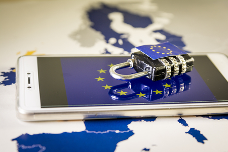 Foto de Padlock over a smartphone and EU map, symbolizing the EU General Data Protection Regulation or GDPR. Designed to harmonize data privacy laws across Europe. - Imagen libre de derechos