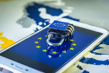 Foto de Padlock over a smartphone and EU map, symbolizing the EU General Data Protection Regulation or GDPR. Designed to harmonize data privacy laws across Europe. - Imagen libre de derechos