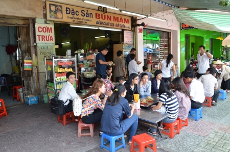 Photo pour Food stall in Vietnam street - image libre de droit
