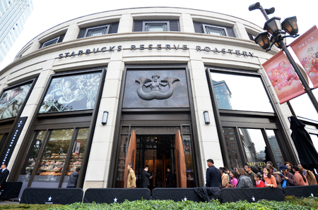 Foto de SHANGHAI, CHINA- DEC 26, 2017: The new Starbucks Reserve Roastery in Shanghai. Its largest store in the world - Imagen libre de derechos