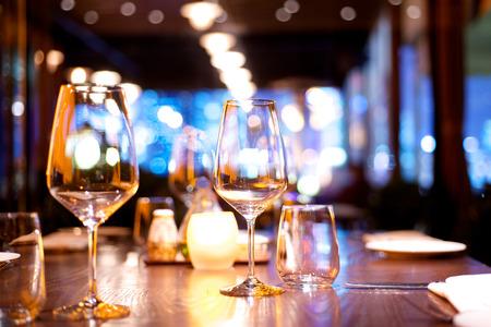 Photo pour Dinner table set up in a restaurant - image libre de droit