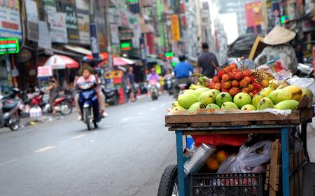 Photo pour fruit in Vietnamese street in Ho Chi Minh city, Vietnam - image libre de droit