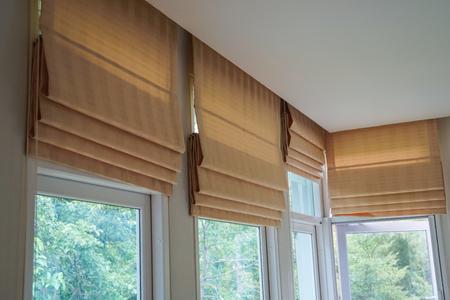 Foto de brown roman blind shade curtain tree forest mountain background living room - Imagen libre de derechos