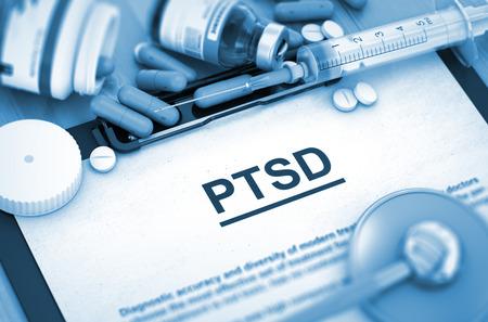 Foto de PTSD, Medical Concept with Selective Focus. PTSD Diagnosis, Medical Concept. Composition of Medicaments. PTSD - Medical Report with Composition of Medicaments - Pills, Injections and Syringe. 3D. - Imagen libre de derechos