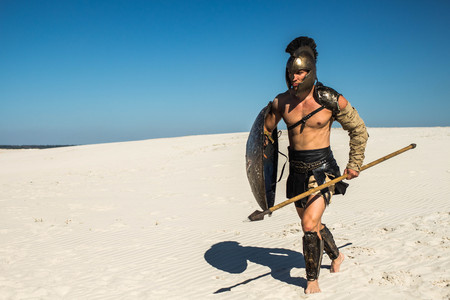 Foto de Spartan warrior runs to attack the desert - Imagen libre de derechos