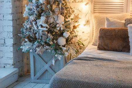 Foto de christmas tree in tge bedroom - Imagen libre de derechos
