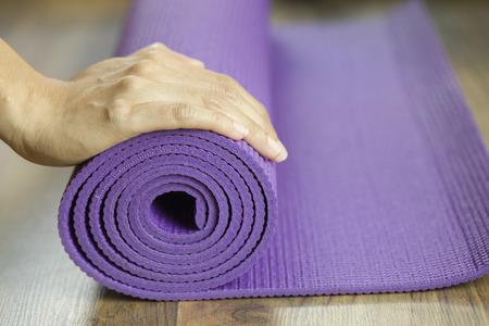 Foto de Young woman holding a yoga mat - Imagen libre de derechos