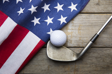 Photo pour Golf ball with flag of USA on wood table - image libre de droit