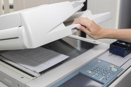 Foto de woman opening a photocopier - Imagen libre de derechos