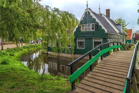 Foto de Traditional Houses in the Historic Village of Zaanse Schans on the Zaan River in the Netherlands - Imagen libre de derechos