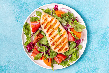 Photo pour Chicken breast with fresh salad, top view. - image libre de droit