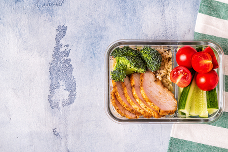 Photo pour Healthy balanced lunch box with chicken, rice, vegetables. Office food, healthy lifestyle concept. - image libre de droit