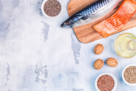 Photo pour Sources of omega 3 - mackerel, salmon, flax seeds, hemp seeds, chia, walnuts, flaxseed oil. Healthy eating concept. Top view with copy space. - image libre de droit