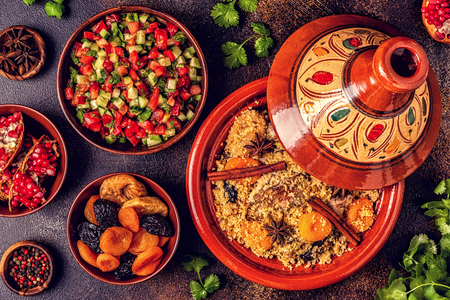 Photo pour Traditional moroccan tajine of chicken with dried fruits and spices, top view. - image libre de droit