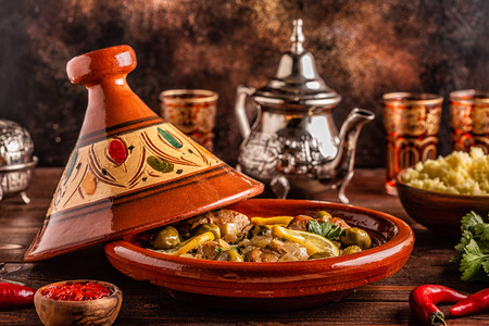 Photo pour Traditional Moroccan chicken tagine with olives and salted lemons, selective focus. - image libre de droit