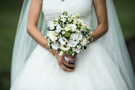 Photo pour Very beautiful wedding bouquet in hands of the bride - image libre de droit
