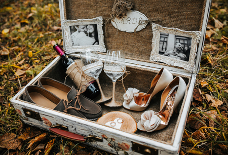 Photo pour Vintage big suitcase with different wedding accessories - image libre de droit
