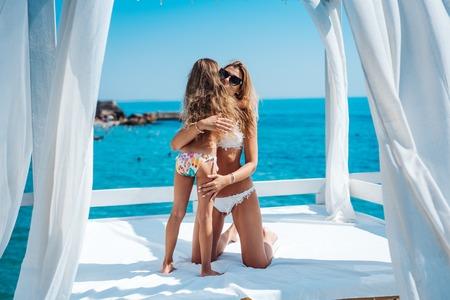 Foto de Mom and daughter spend time together - Imagen libre de derechos