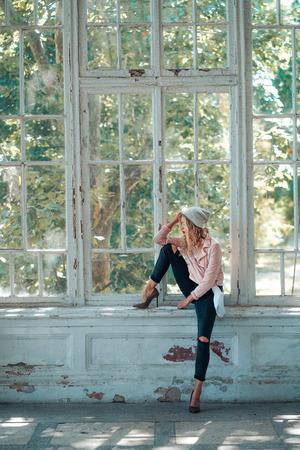 Foto de girl sitting on window - Imagen libre de derechos