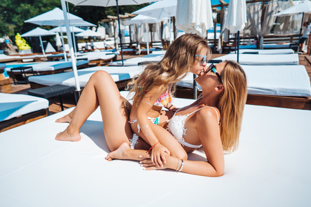 Photo pour Mom and daughter on vacation - image libre de droit