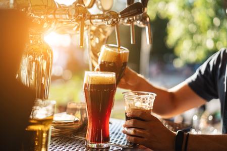 Foto de bartender pours a dark beer close up - Imagen libre de derechos