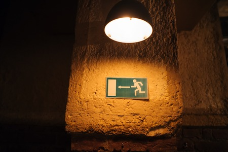 Foto de Emergency fire escape sign on the empty wall. - Imagen libre de derechos