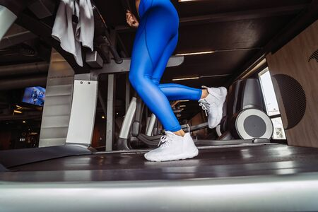 Photo pour woman at the gym doing exercise on the treadmill - image libre de droit