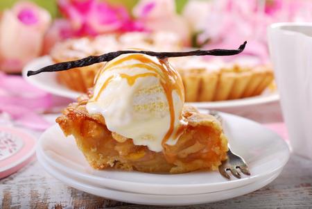 Foto de slice of homemade apple pie served with vanilla ice cream and caramel - Imagen libre de derechos