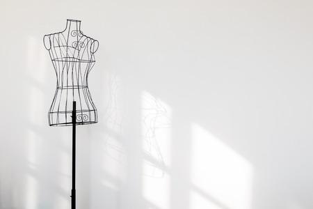 Photo pour Vintage mannequin stand at white wall. - image libre de droit