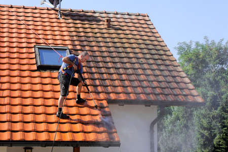 Photo pour Roof cleaning with high pressure - image libre de droit