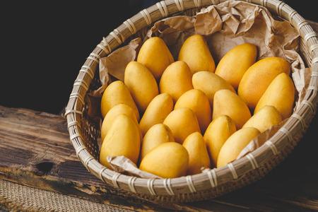 Foto de Fresh little mangoes - Imagen libre de derechos