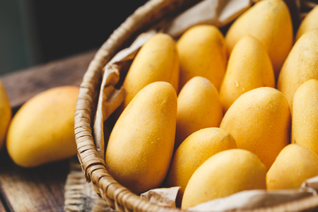Foto de Little ripe mangoes from Vietnam - Imagen libre de derechos