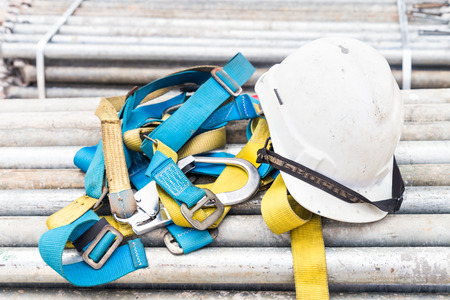 Photo pour Safety helmet and safety harness at a construction site - image libre de droit