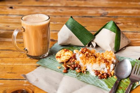 Photo pour Simple banana leaf nasi lemak and teh tarik breakfast, popular breakfast in Malaysia - image libre de droit