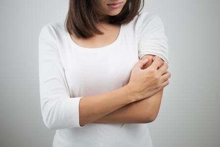 Foto de Woman scratching her arm. - Imagen libre de derechos