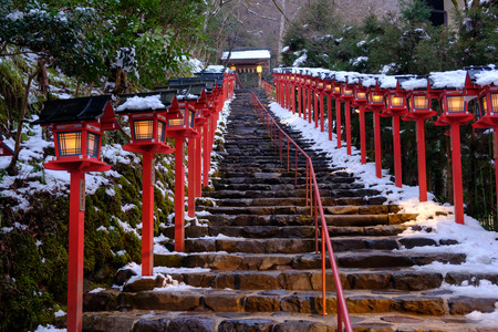 Foto de The lantern-lined steps in winter snow at Kibune - Imagen libre de derechos