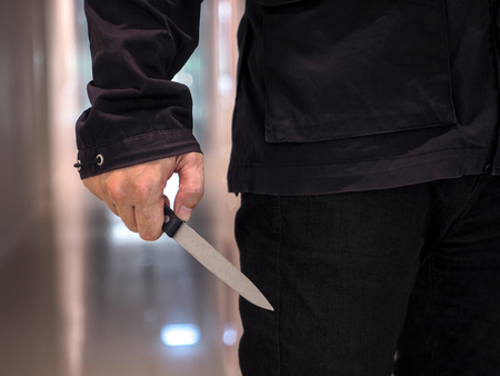 Foto de Killer man is attacking with knife - Imagen libre de derechos