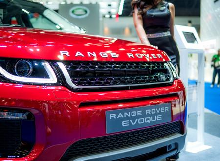 Foto per Thailand International Motor Expo 2018 Bangkok - APRIL 6, 2018 : Presenting the Range Rover car in the 39th Bangkok interanational motor show 2018 - Immagine Royalty Free