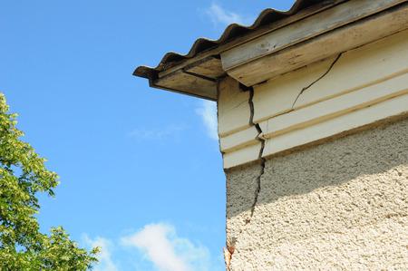 Photo pour Architecture detail of damaged house corner dilapidated old building facade wall. Roof repair. - image libre de droit