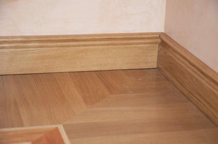 Photo pour Skirting Board & Architrave. Wood Flooring. Skirting Board Oak Wooden Floor . Flooring with Wooden Batten Repair. - image libre de droit
