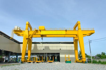 Foto de Yellow overhead crane for factory - Imagen libre de derechos