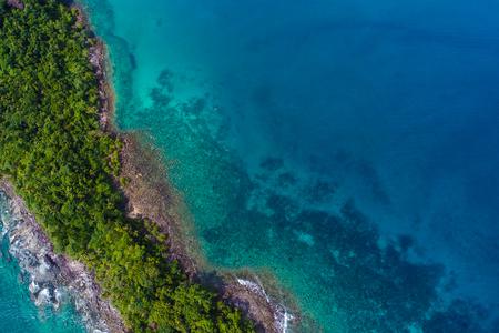 Foto de Rocky island sea beach with green tree aerial view, Nature seascape - Imagen libre de derechos