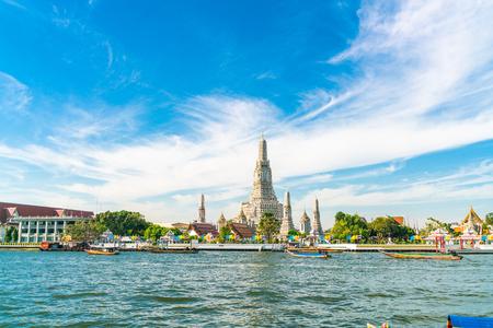 Foto de Temple of dawn Wat Arun with Chao Praya river sightseeing landmark of Bangkok, Thailand - Imagen libre de derechos
