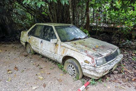 Foto de Old rusted car in junk yard - Imagen libre de derechos