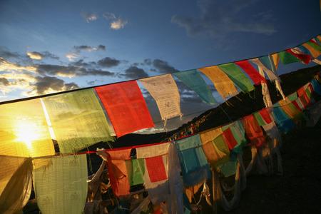 Foto de Buddhism Tibetan flags on a mountain in China - Imagen libre de derechos