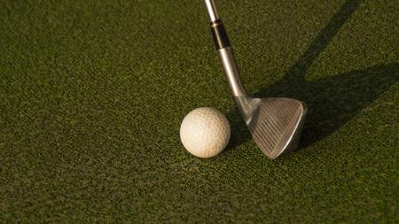 Photo pour Club about to hit a golf ball - image libre de droit