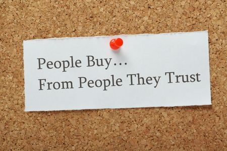 Foto de The phrase People Buy From People They Trust on a cork notice board as a concept for businesses to build customer trust and loyalty to their product or service. - Imagen libre de derechos