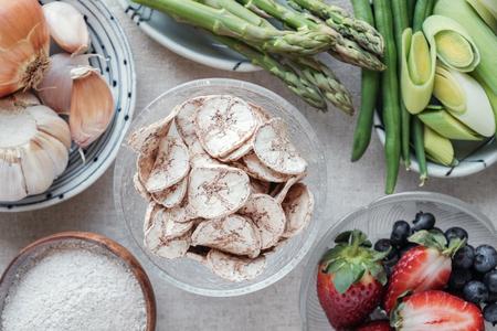 Foto de variety of prebiotic foods, raw green banana, asparagus, onions, garlic, leeks, berries and green beans for gut health - Imagen libre de derechos